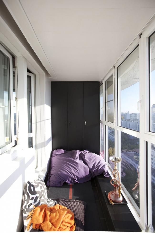 Une simple armoire noire sur le balcon est assez élégante