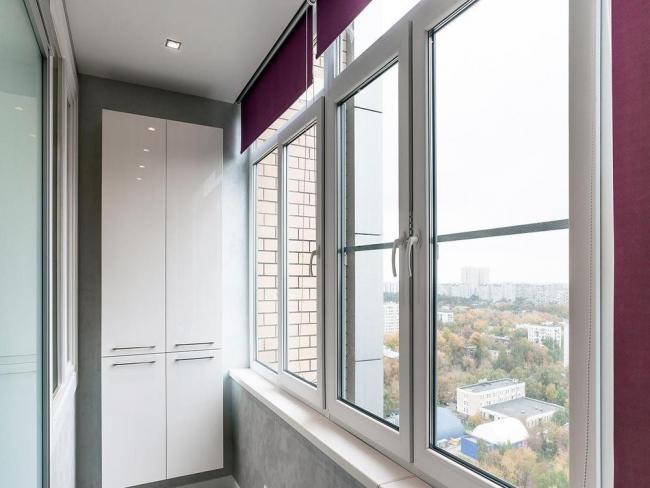 Armoire en métal-plastique blanc brillant sur le balcon
