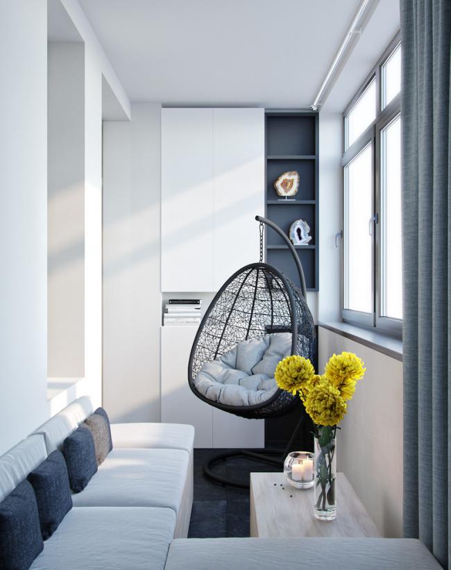 L'armoire en métal-plastique s'intègre bien dans le coin salon sur le balcon