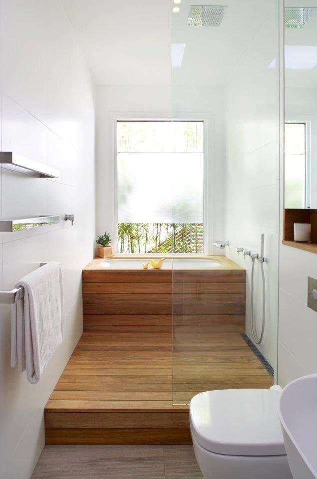 Coin salle de bain avec boiseries s'étendant jusqu'au sol
