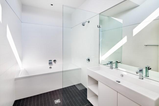 Paravent sous la salle de bain en lattes en plastique
