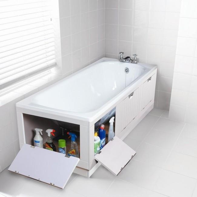 Écran sous la baignoire avec quatre portes battantes pour un rangement facile des produits de nettoyage et des détergents