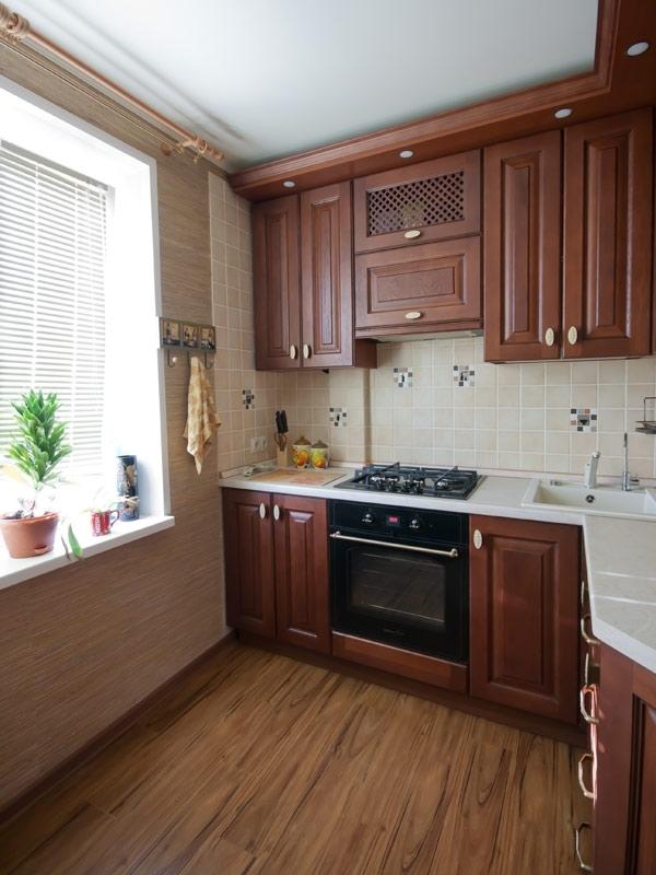 Cuisine en bois à Khrouchtchev - design d'intérieur