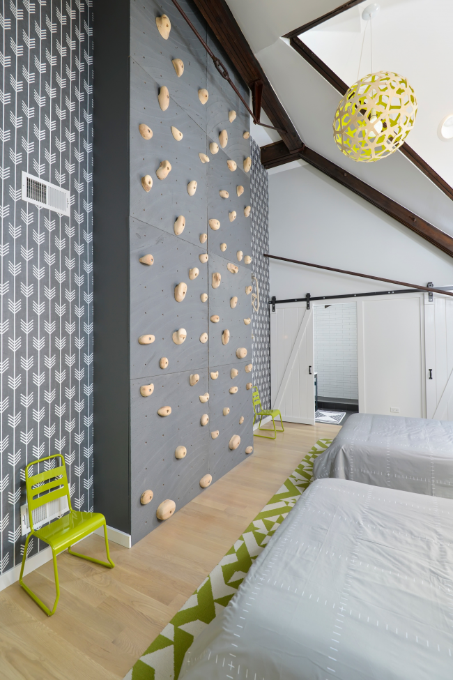 Quoi de mieux qu'un mur de pratique d'escalade dans votre propre chambre?