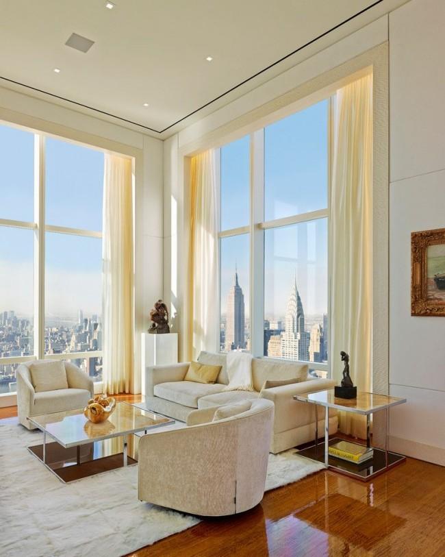 Bel intérieur du hall avec fenêtres panoramiques