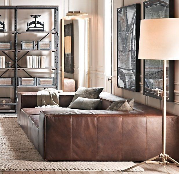 Un immense canapé peut être un excellent endroit pour dormir
