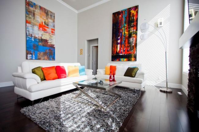 Intérieur intéressant de la salle avec des couleurs vives