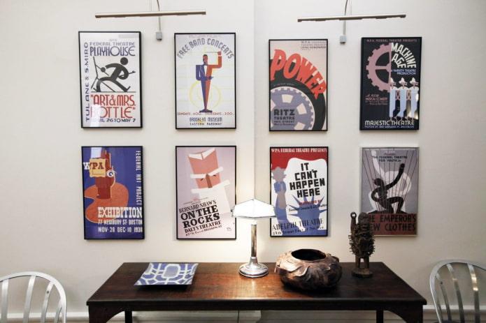 affiches sur le mur à l'intérieur
