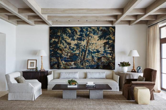 tapisserie sur le mur à l'intérieur du salon