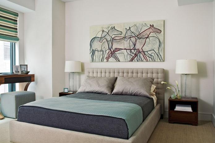 l'image sur le mur au-dessus du lit à l'intérieur