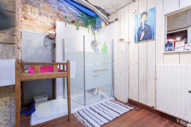 Salle de bain de style ethnique avec une cabine de douche au-dessus de la baignoire