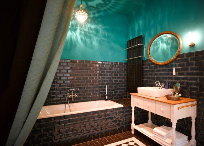 Éclairage et miroirs séparés de la salle de bain
