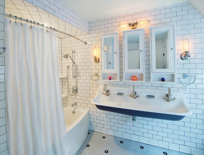 L'éclairage mesuré dans la salle de bain peut augmenter visuellement l'espace.