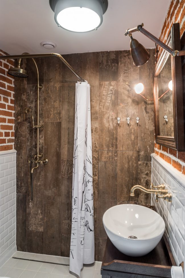 Salle de bain de style ethno avec des matériaux de finition naturels