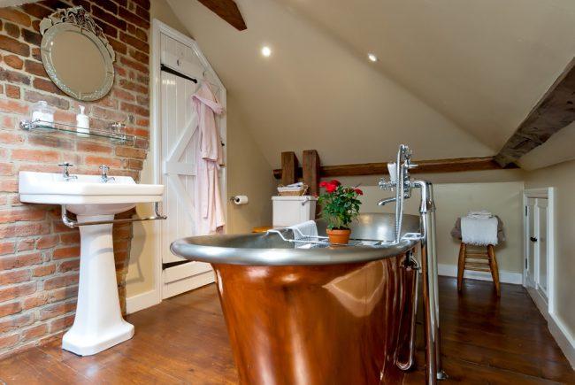 Petite salle de bain de style champêtre dans le grenier