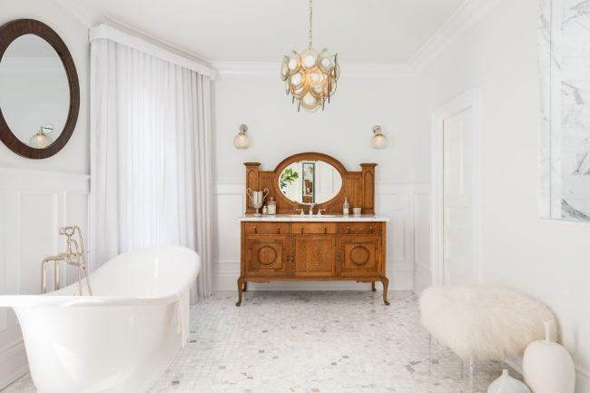 Salle de bain classique en blanc avec commode en bois