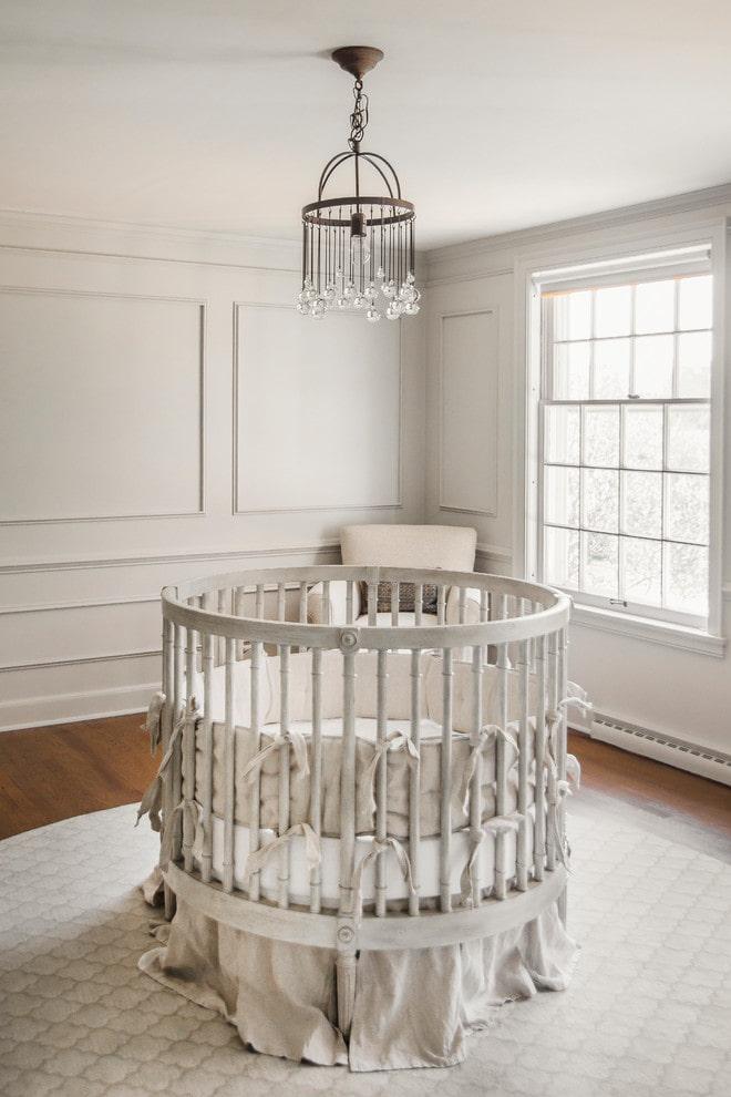 lit rond pour bébé à l'intérieur