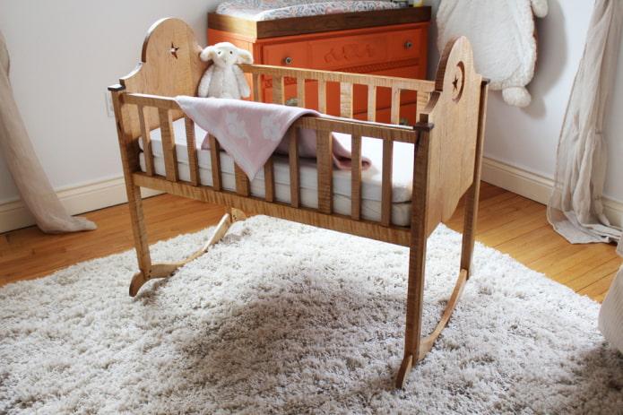 lit à bascule pour nouveau-né à l'intérieur