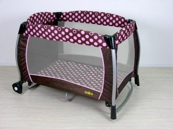 parc de bébé pour un nouveau-né à l'intérieur
