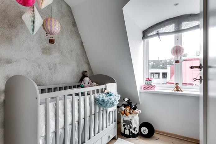 lit bébé gris à l'intérieur