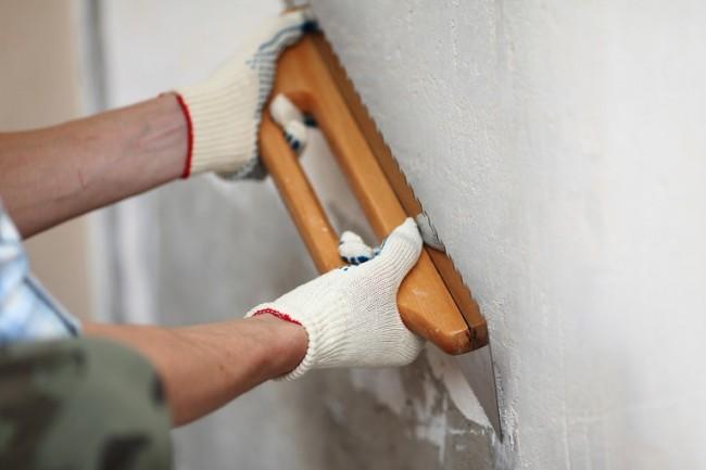 Nous complétons la préparation des murs en nivelant avec du mastic