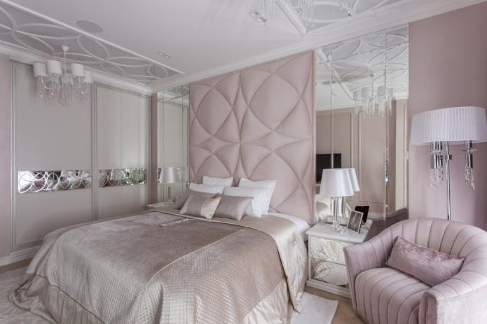 lit avec une tête de lit haute à l'intérieur