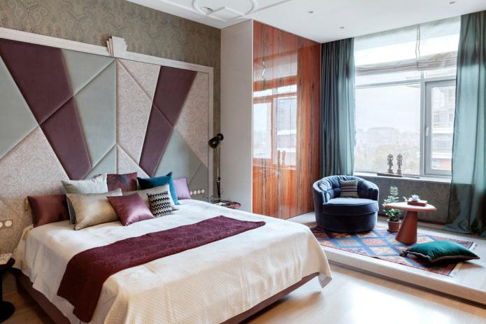 lit avec une grande tête de lit à l'intérieur