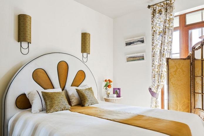 lit avec tête de lit ronde à l'intérieur