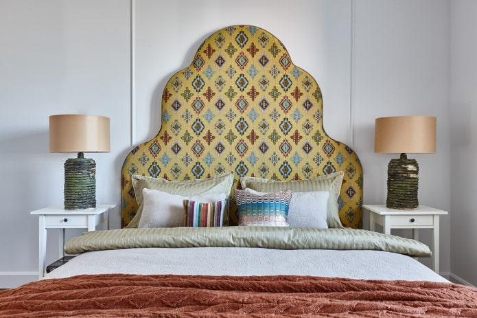 lit avec tête de lit colorée à l'intérieur