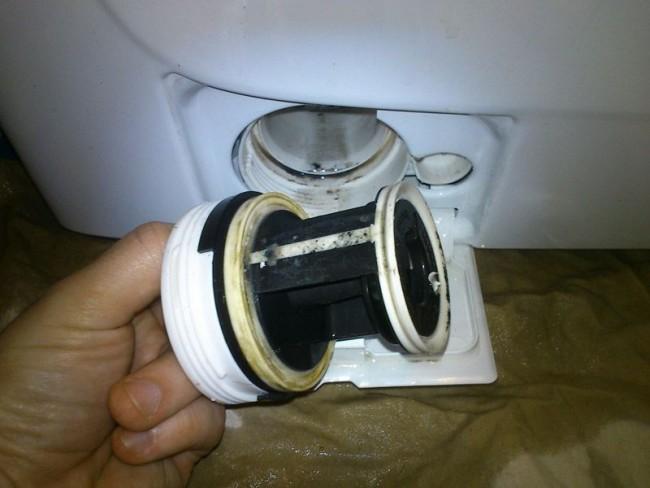 Le filtre de vidange doit être nettoyé régulièrement.