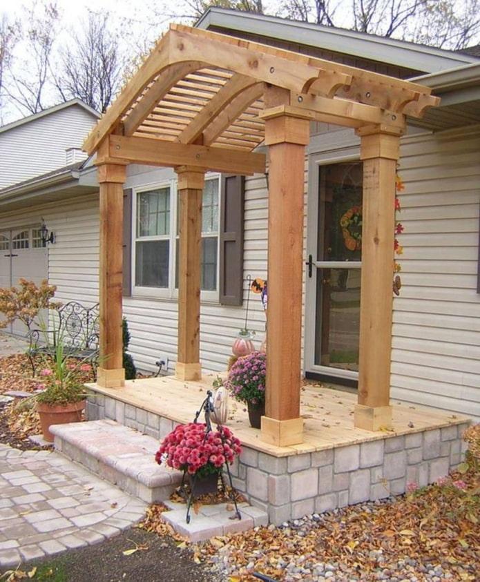 maison avec un porche avec un auvent