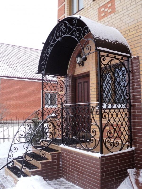 maison avec un porche en métal