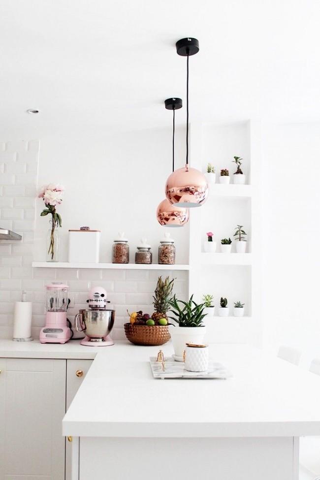 Les murs, plafonds et meubles de couleur claire maximiseront l'espace de votre cuisine