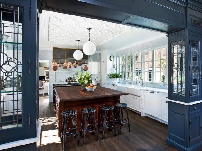 Pour la cuisine, une excellente option serait des lustres fermés qui protègent l'ampoule de la poussière et de l'humidité.