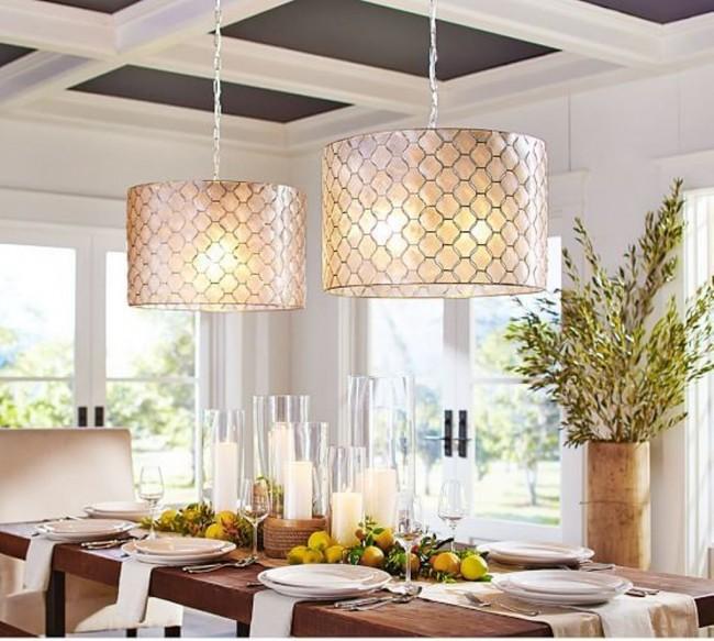 Avec un lustre suspendu, vous pouvez créer un intérieur élégant et simple pour votre cuisine.