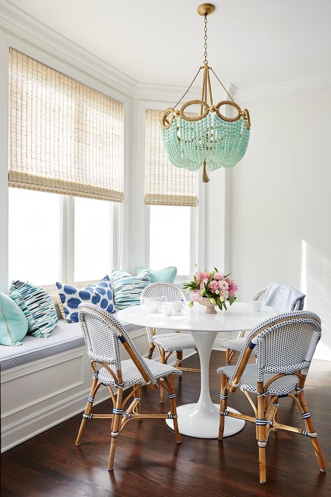 Des meubles en matériaux naturels, des stores romains et un lustre inhabituel en perles de couleur menthe