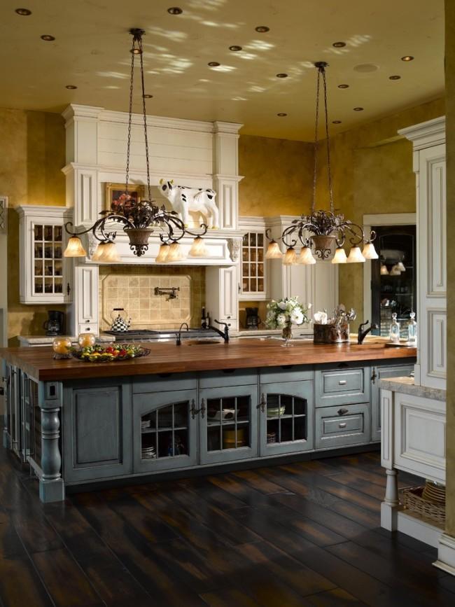 Même avec une finition de pièce neutre, si vous utilisez un lustre en fer forgé de style classique, il ajoutera du luxe à la cuisine.