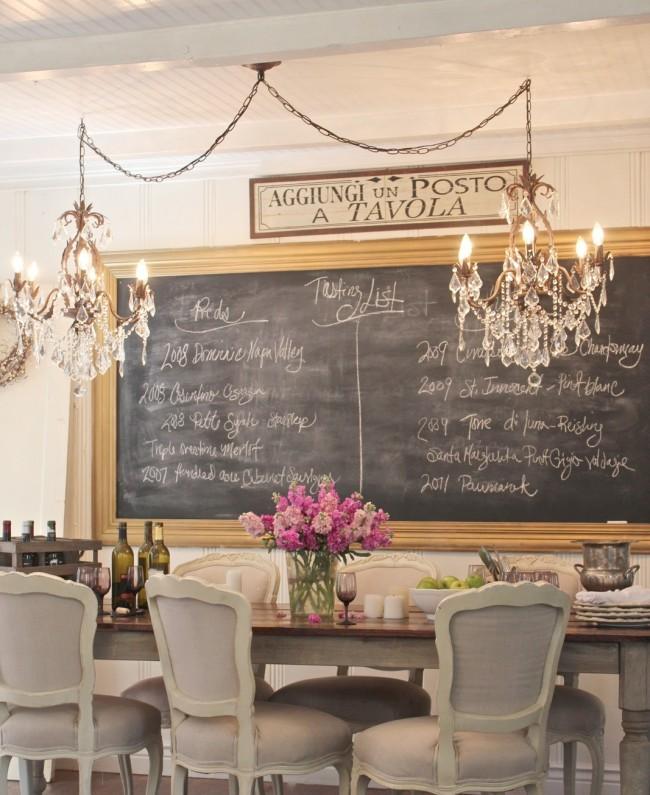 Une jolie idée de cuisine: un tableau noir pour les notes autocollantes.  Notez les deux lustres identiques au-dessus de la table.