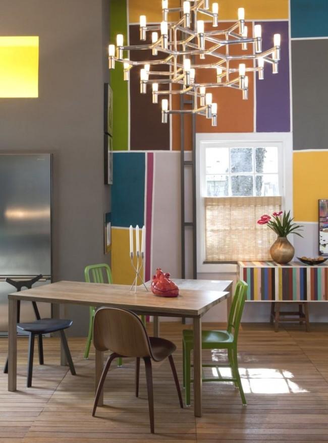 Si vous êtes propriétaire d'une grande et spacieuse cuisine, les lustres de haute technologie seront une excellente option.  De tels appareils d'éclairage se caractérisent par l'ouverture de l'espace et la fonctionnalité.