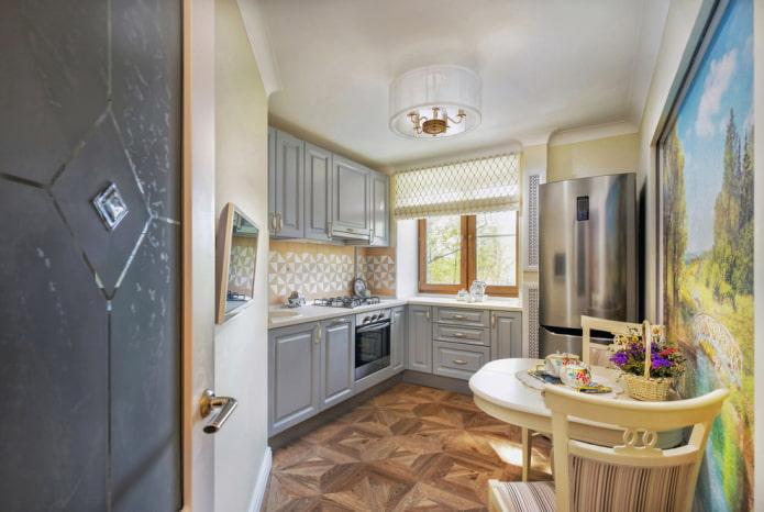lustre à l'intérieur d'une petite cuisine