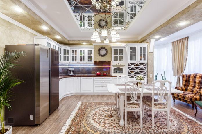 lustre au milieu du plafond de la cuisine