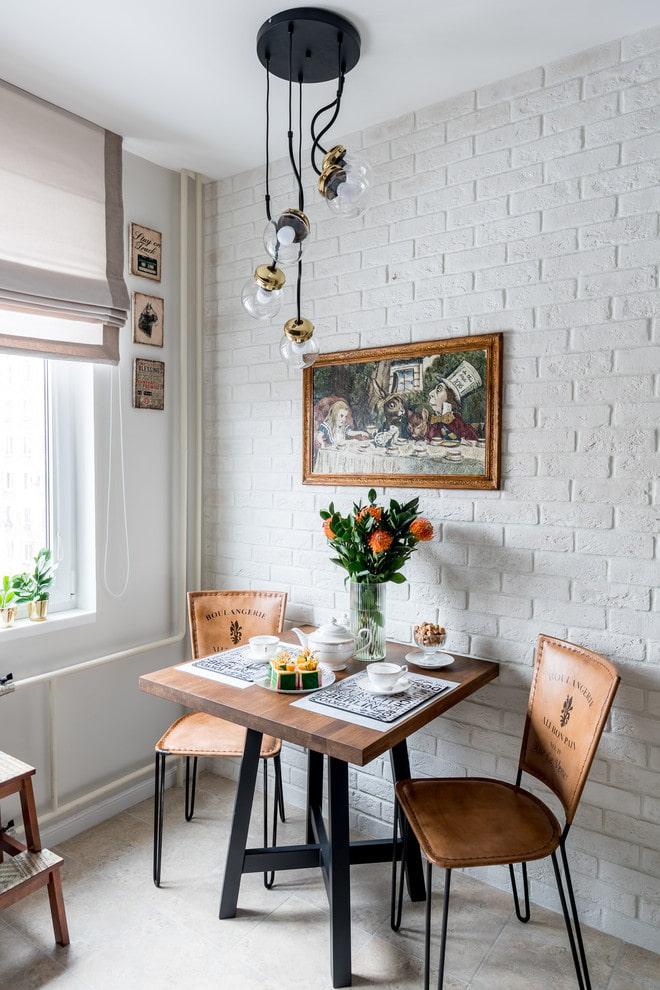 lustre sur la table à manger dans la cuisine