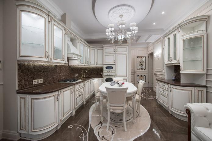 lustre à l'intérieur de la cuisine dans le style classique