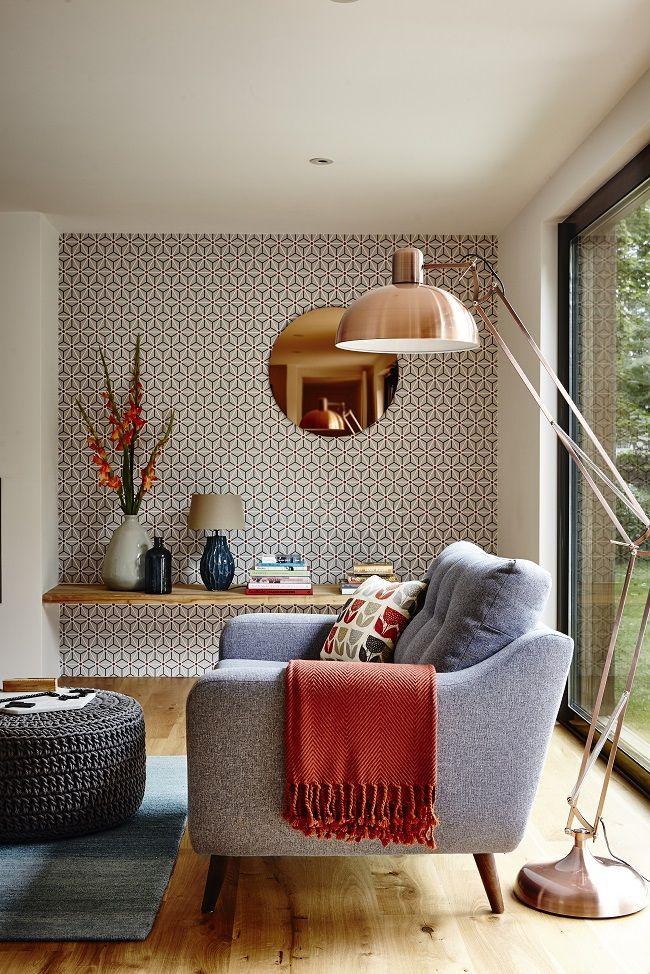 Style des années 50: le papier peint avec un petit motif géométrique non flashy sur un mur rend la pièce pas monotone