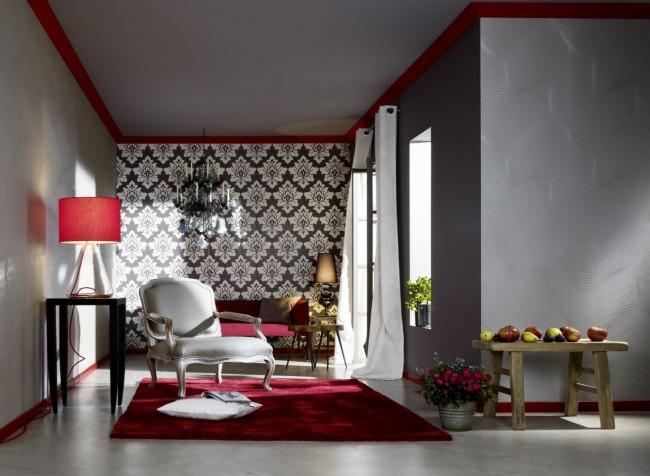 Papier peint combiné pour la salle.  Combinaison frappante de motif damassé et de couleurs gris foncé et rouge