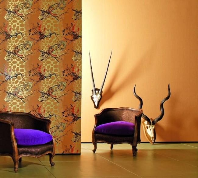 Motif animalier avec des animaux de la savane séparant le salon du couloir avec des murs orange solides