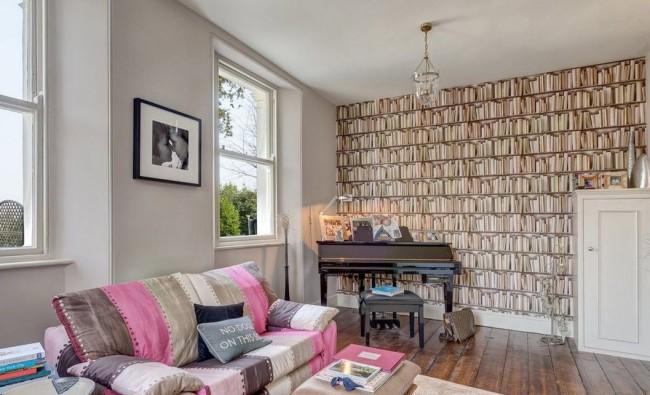 Papier peint photo avec une bibliothèque sur l'un des murs du salon