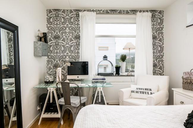 Papier peint contrasté noir et blanc sur l'un des murs