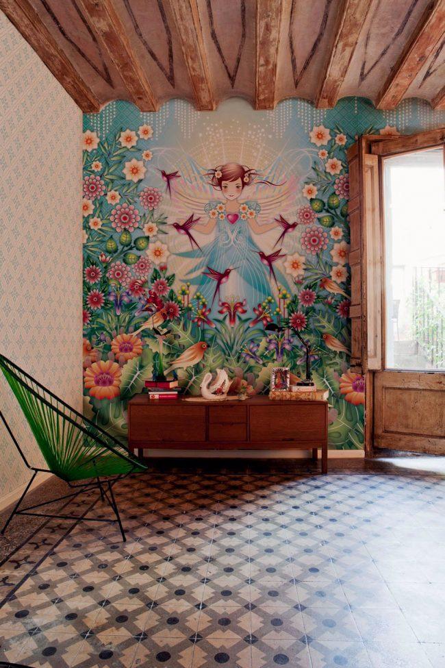 Une chambre lumineuse pour un adolescent avec du papier peint positif;  l'autre mur - avec un motif discret en raison du quartier lumineux