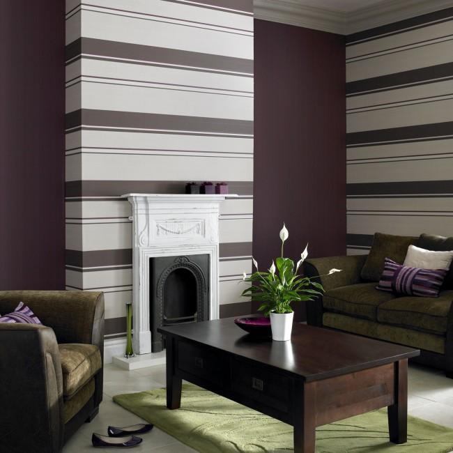 Mettre en valeur la cheminée avec du papier peint à rayures